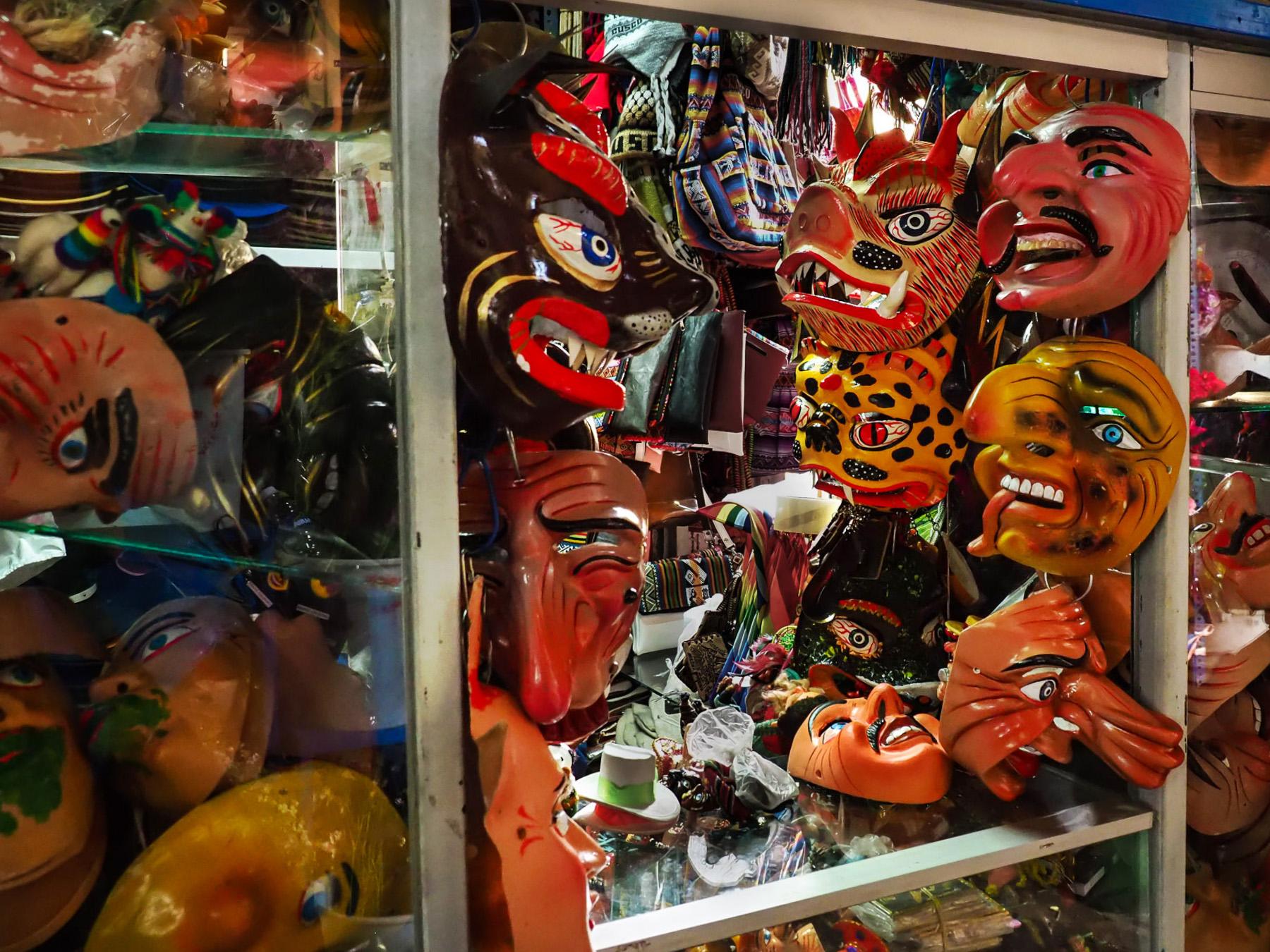 Seltsame Masken auf dem Markt