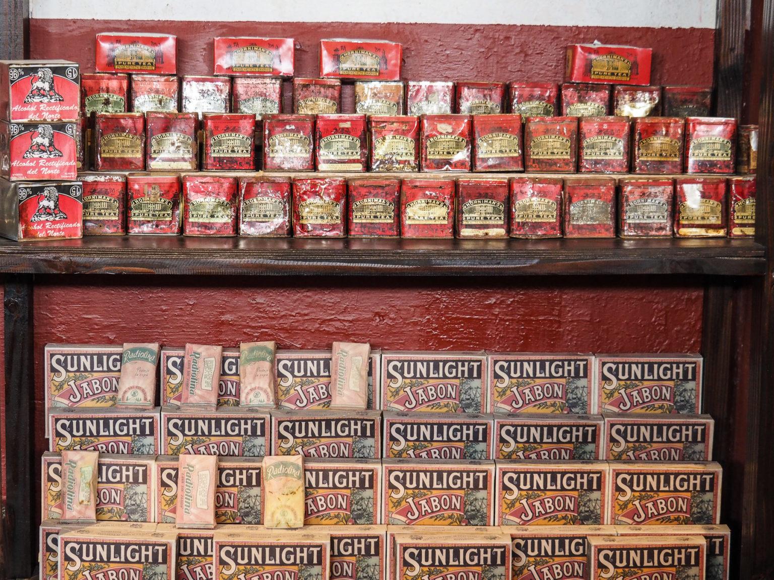 Sogar alte Teepackungen und Dosen gibt es noch