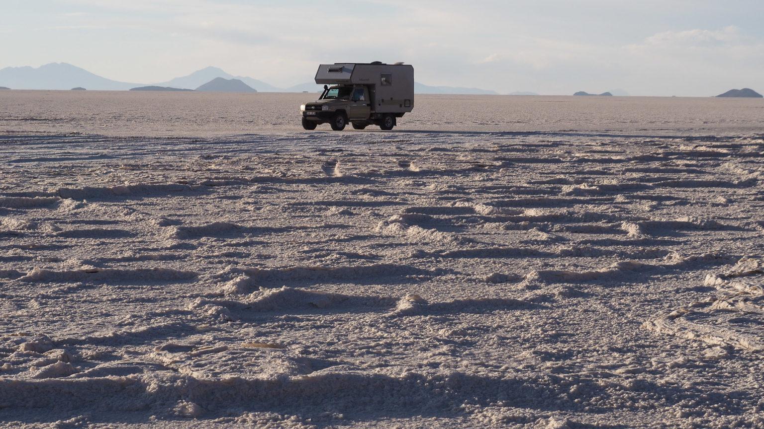 Wir stehen auf einer dicken Salzschicht auf Wasser
