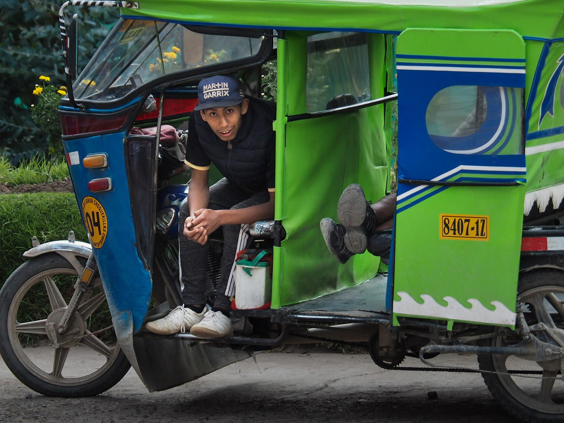Die Tucktuck-Fahrer hegen und pflegen ihre bunten Fahrzeuge