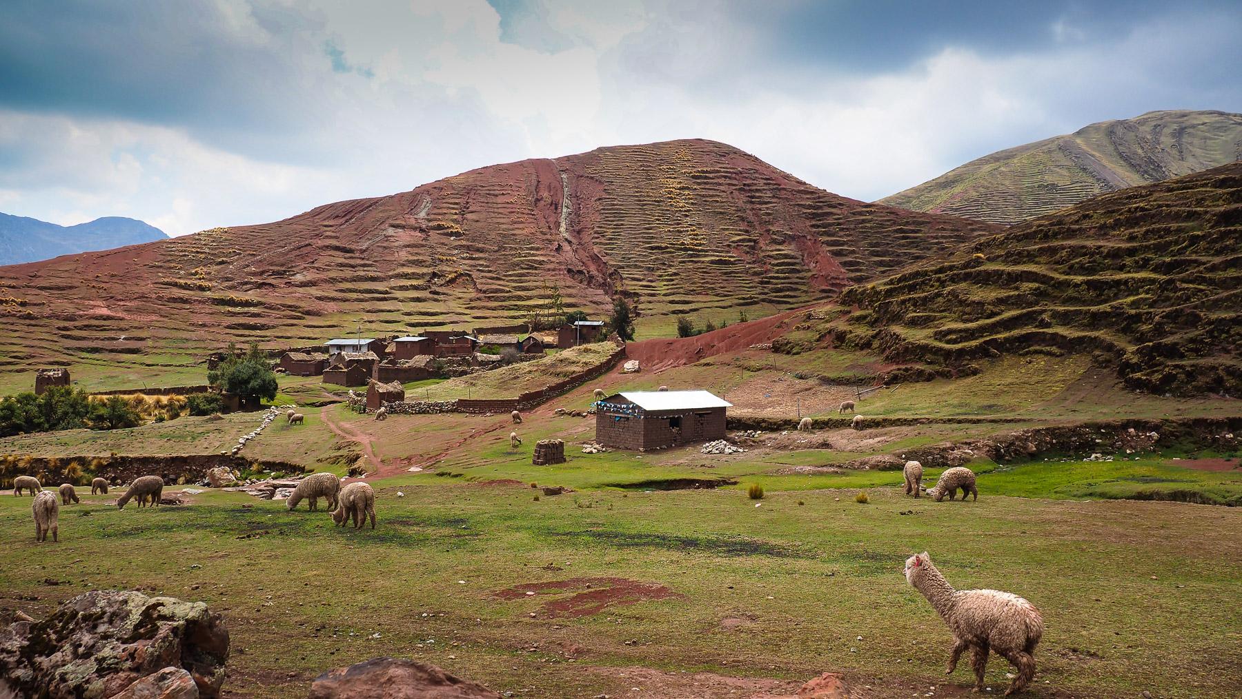 Kleine idylische Bergdörfer im Palccoyo Tal