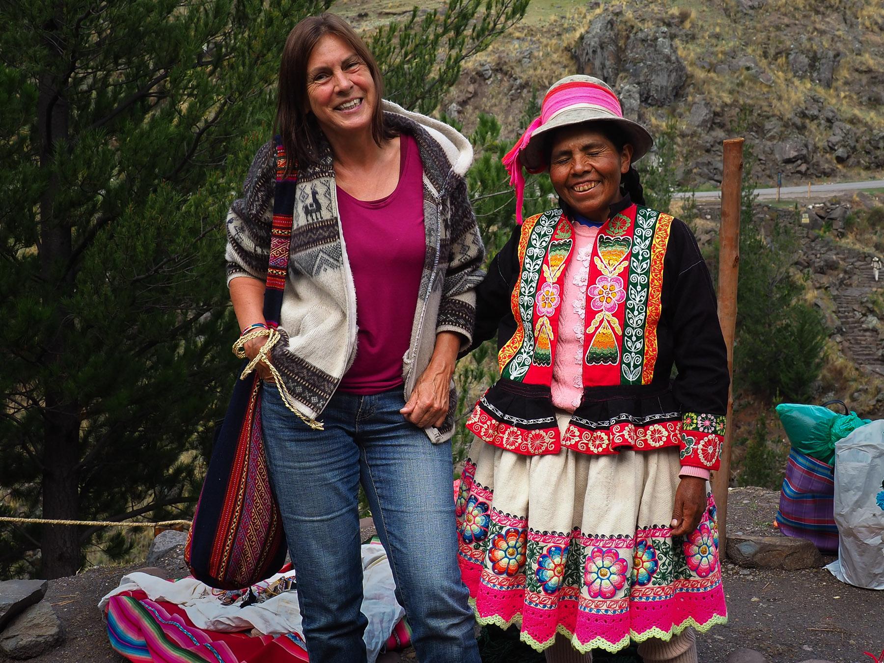 Die Indiofrau freut sich über die Bewunderung ihrer selbstgefertigten Tracht