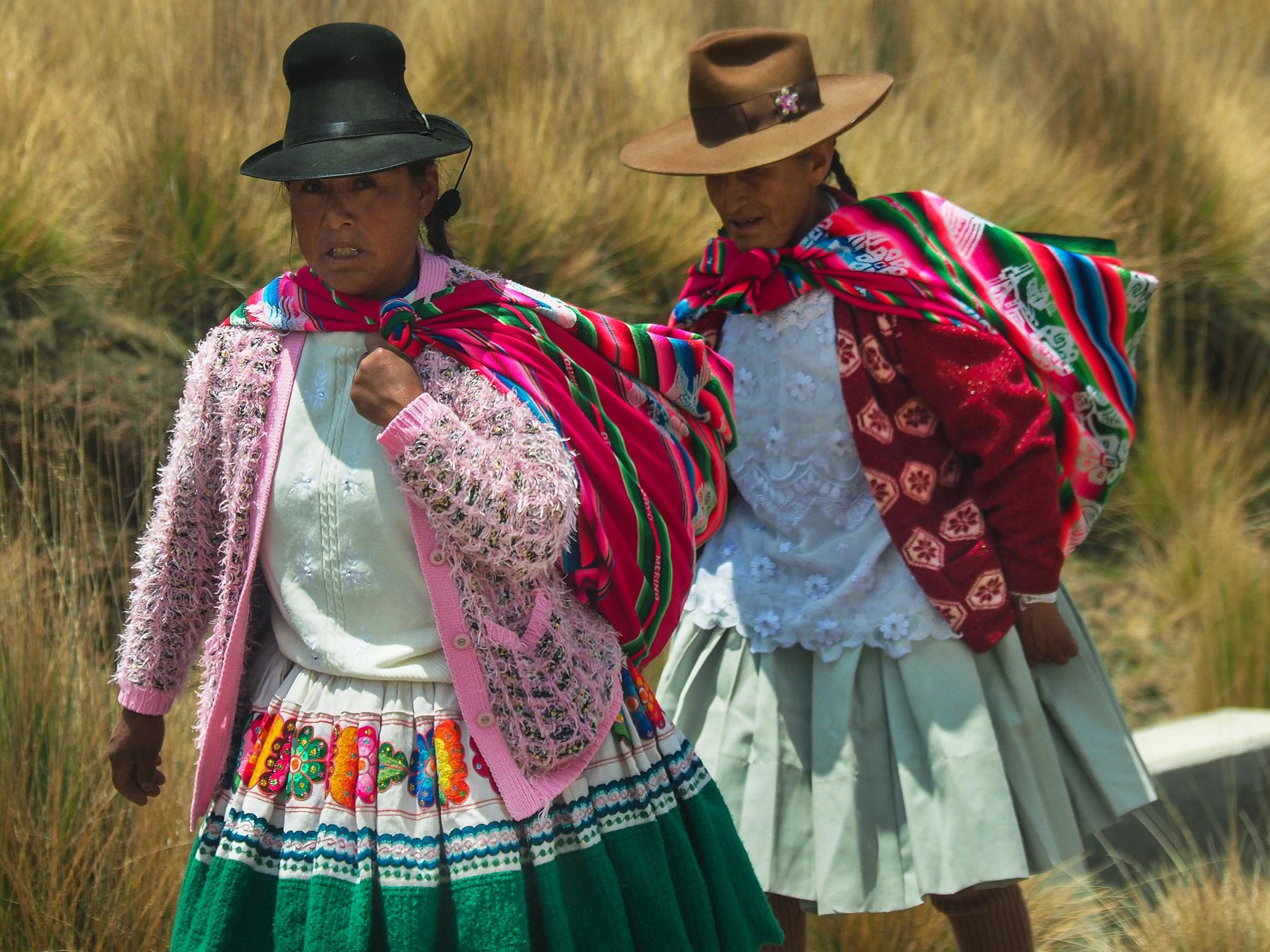Traditionelle Indiofrauen auf dem abseits gelegenen Weg zum Colca Canyon