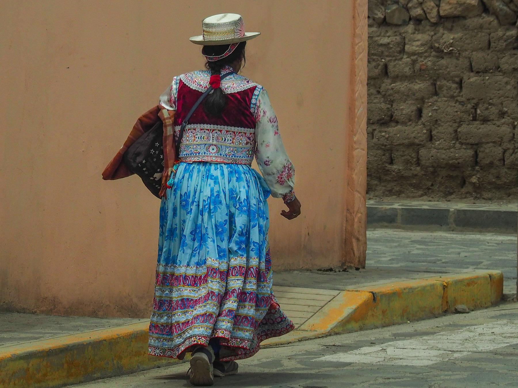 Indiofrau in ihrer prachtvollen Tracht im Städchen Chivay