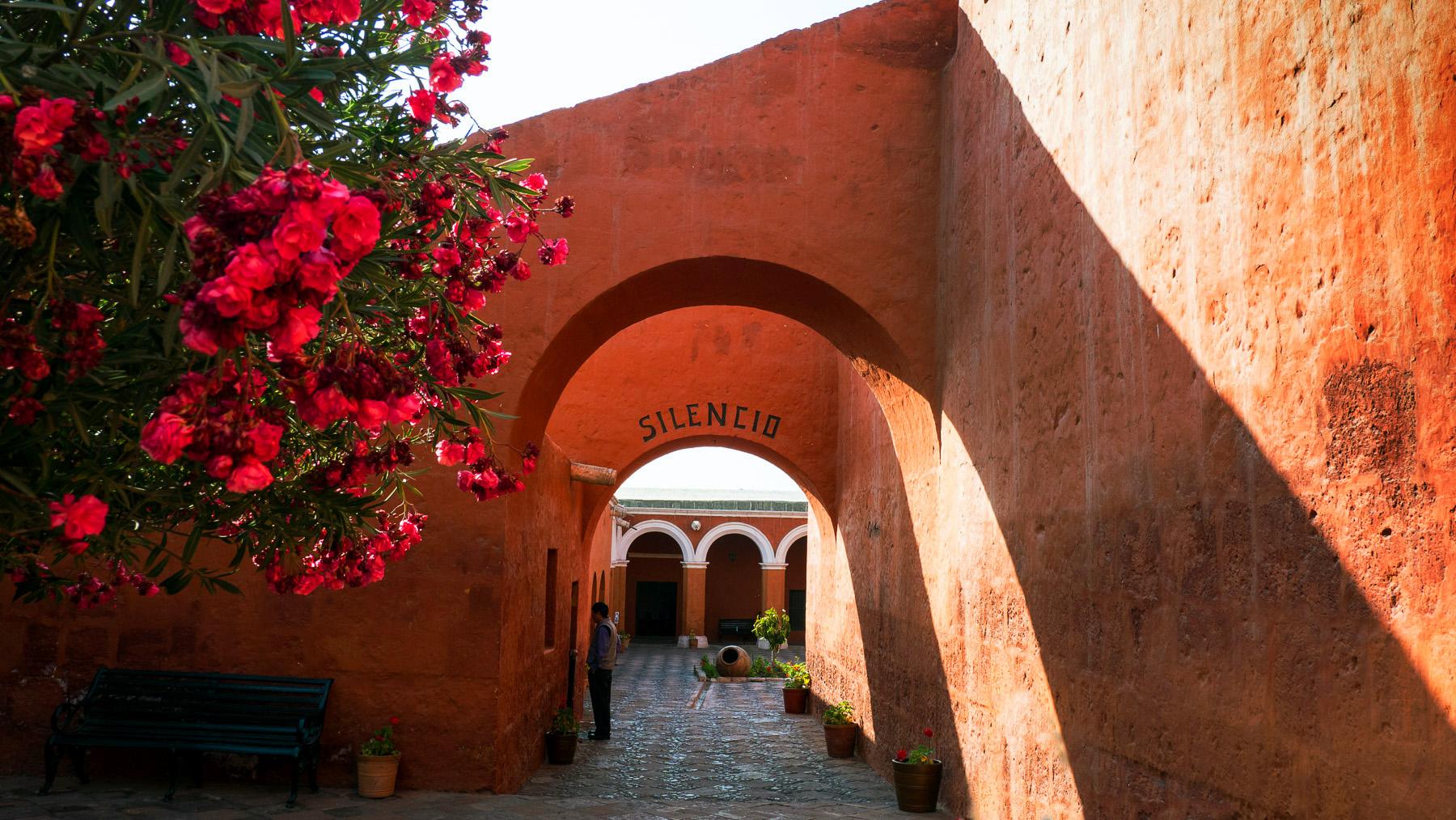 Das Santa Katharina Kloster in Arequipa ist hauptsächlich in rot …