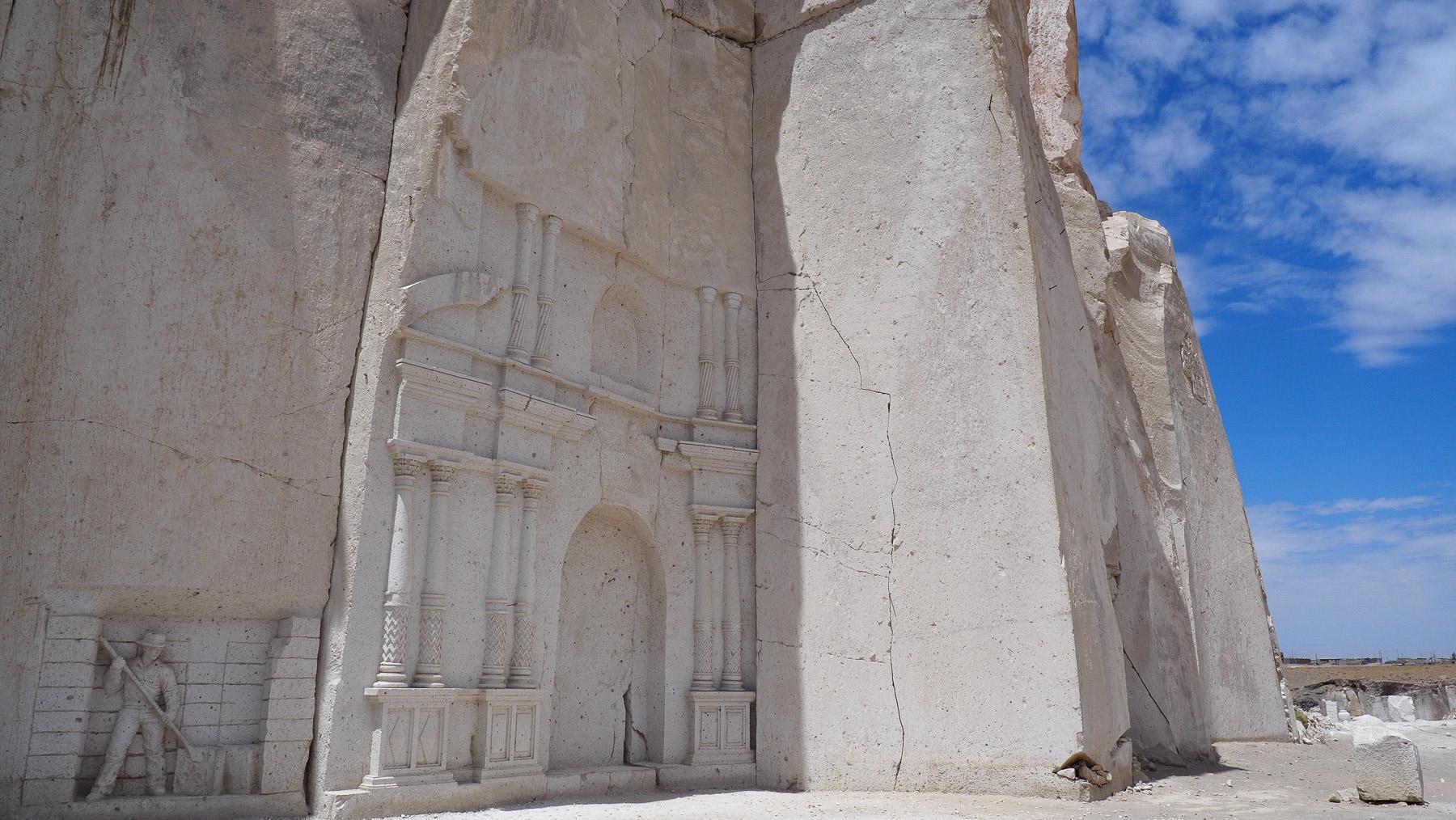 Sillar Steinbruch mit Relief-Fassade