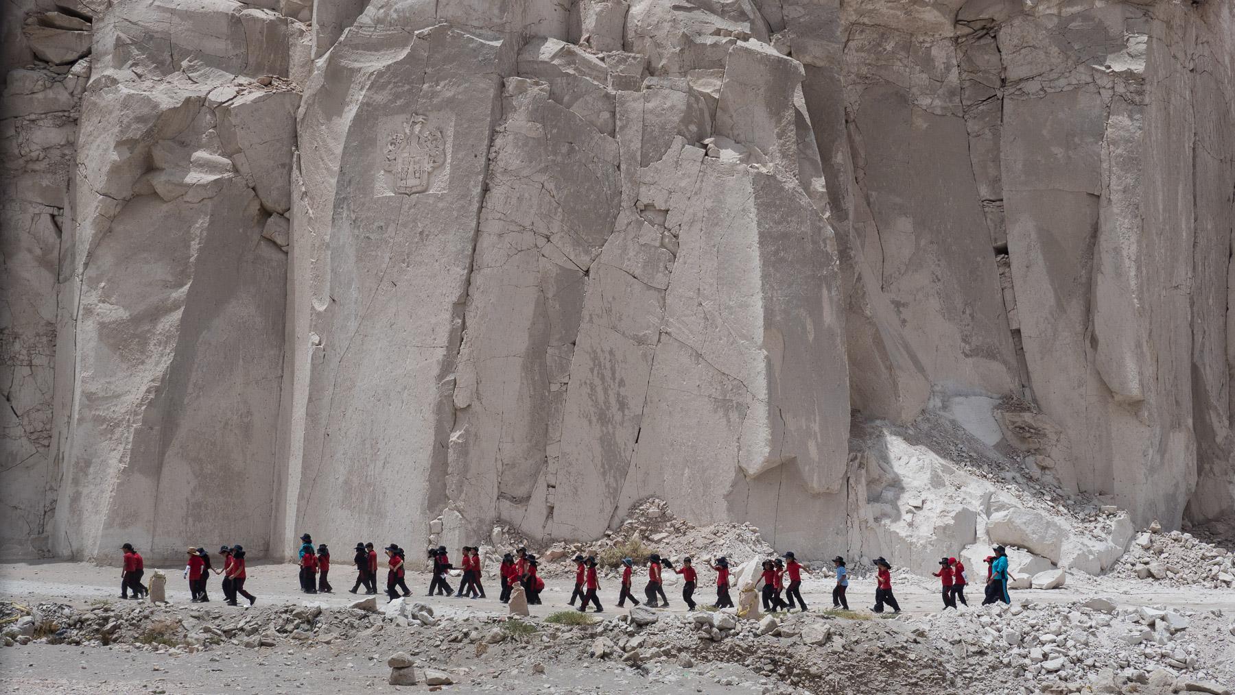 Ausflug einer Schulklasse im weißen Steinbruch von Arequipa