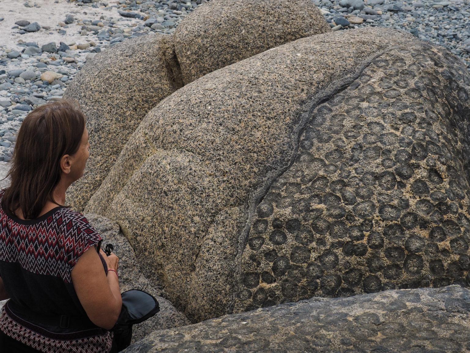 Leopardenfelsen am Strand