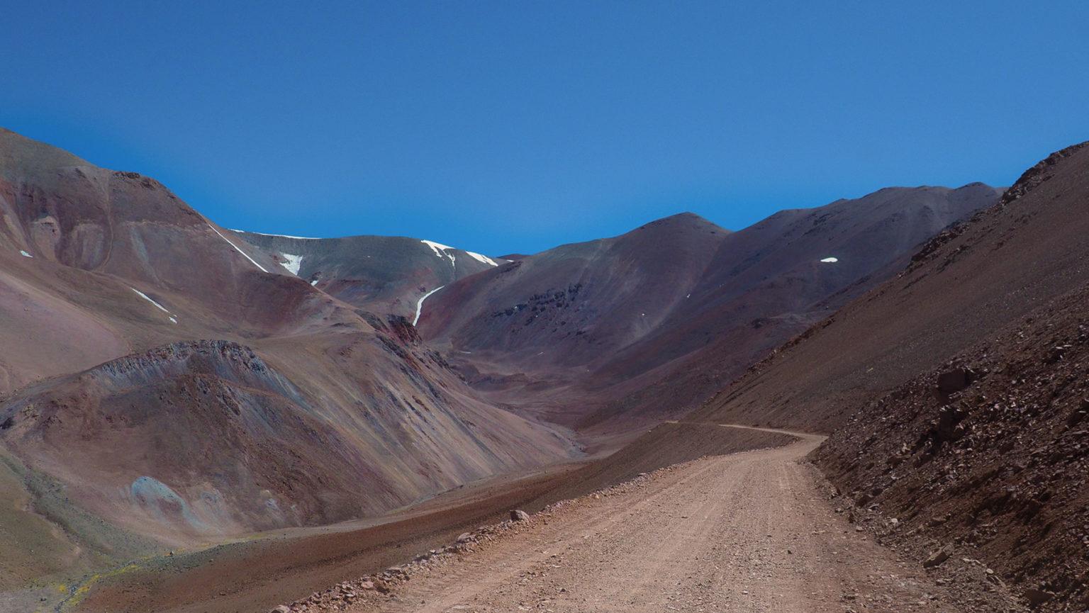 Endlos zieht sich die Schotterstraße bis auf 4700 m Höhe