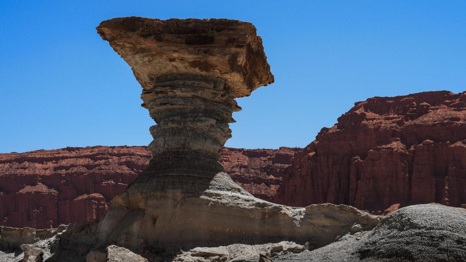 Weiße Formationen vor roten Felswänden