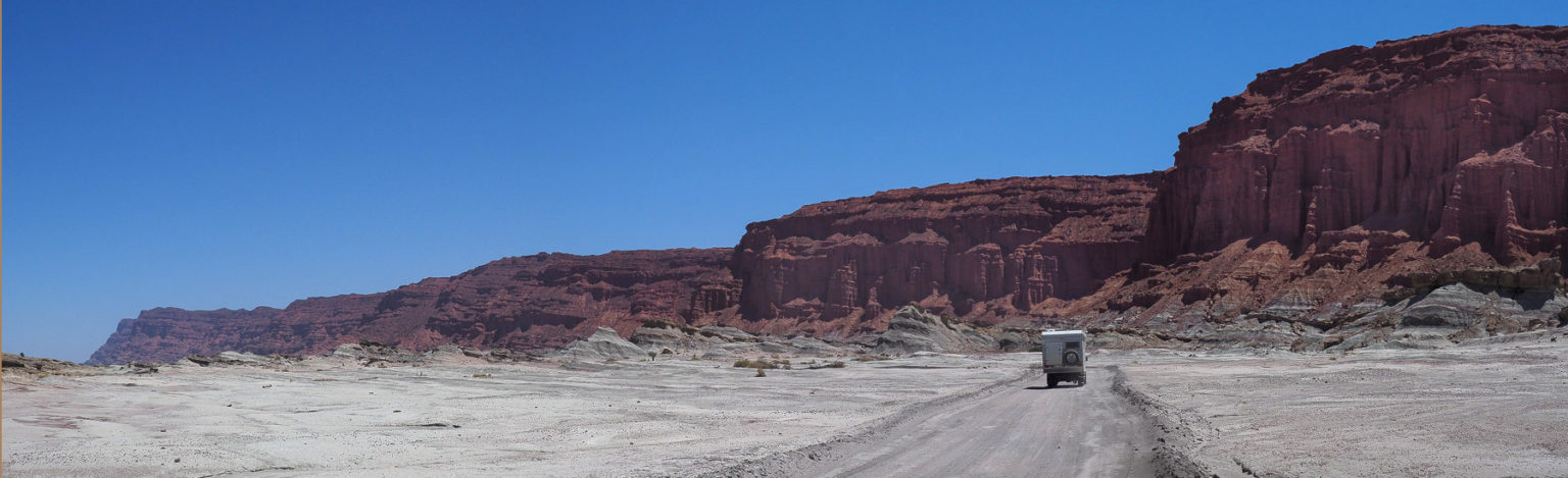 Fahrt entlang roter Canyonwänden