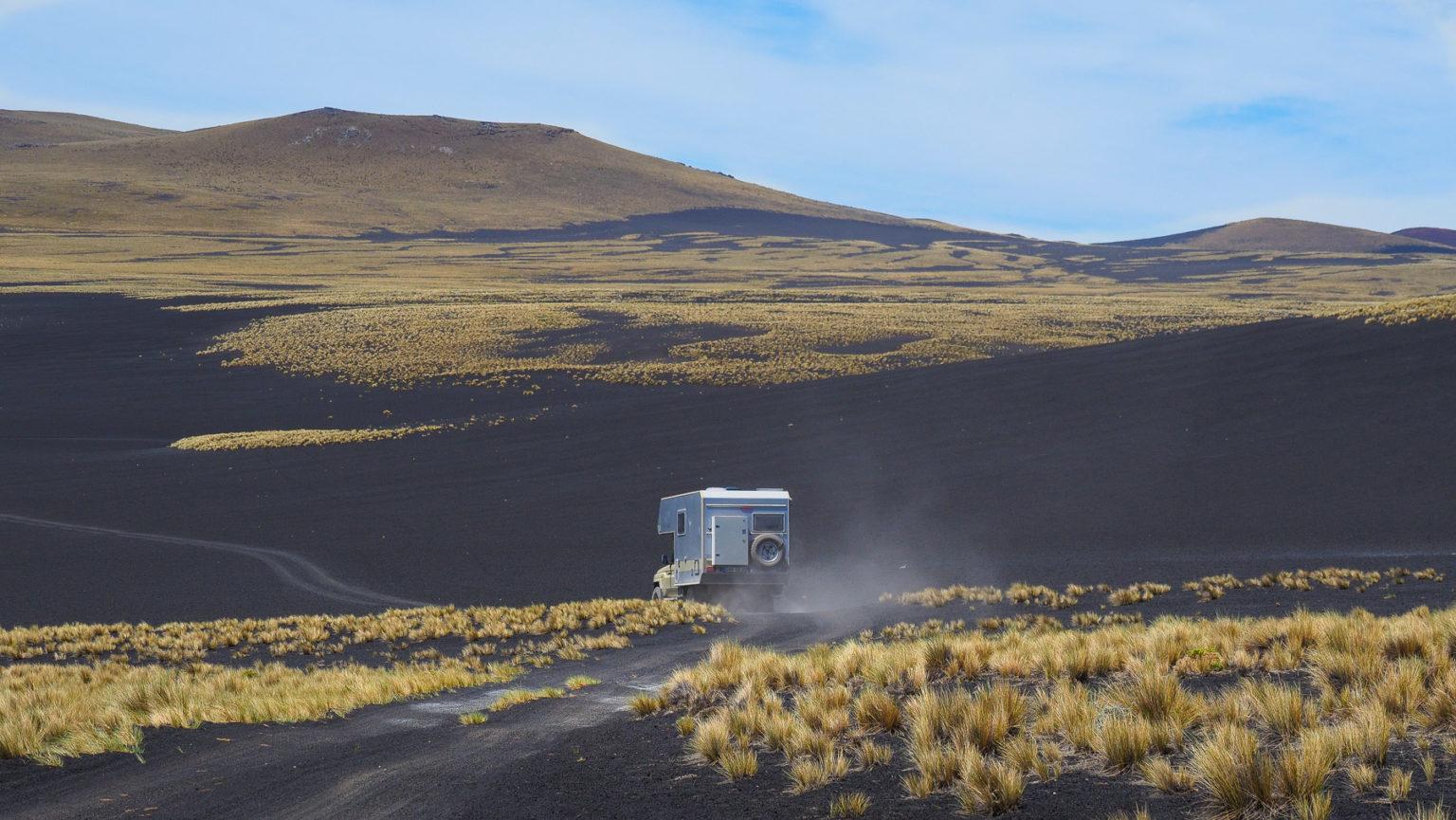 Lang geht es über schwarze Lavafelder mit gelben Grasbüscheln
