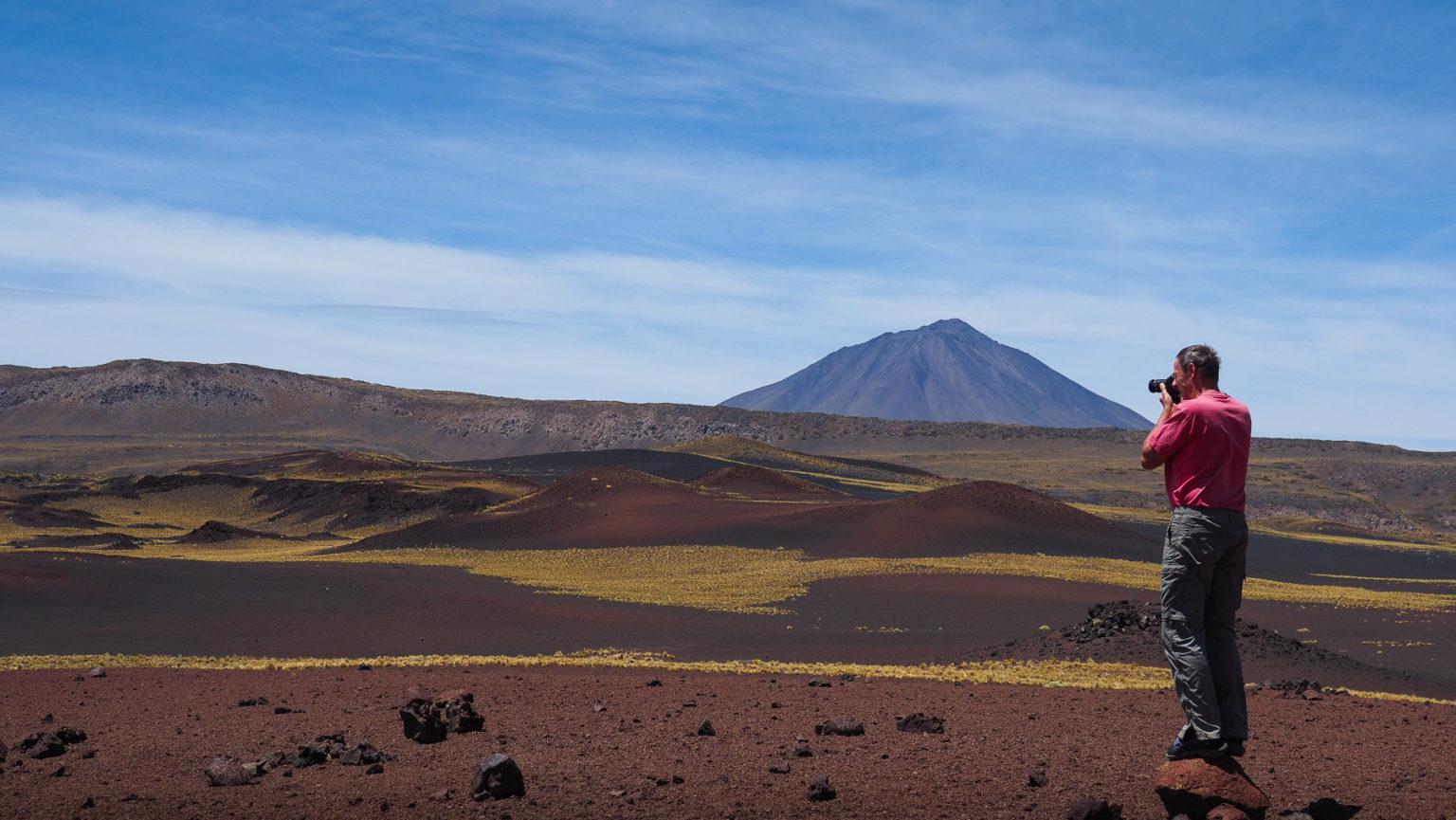 Malerische Vulkanlandschaft in schwarz, gelb, rot