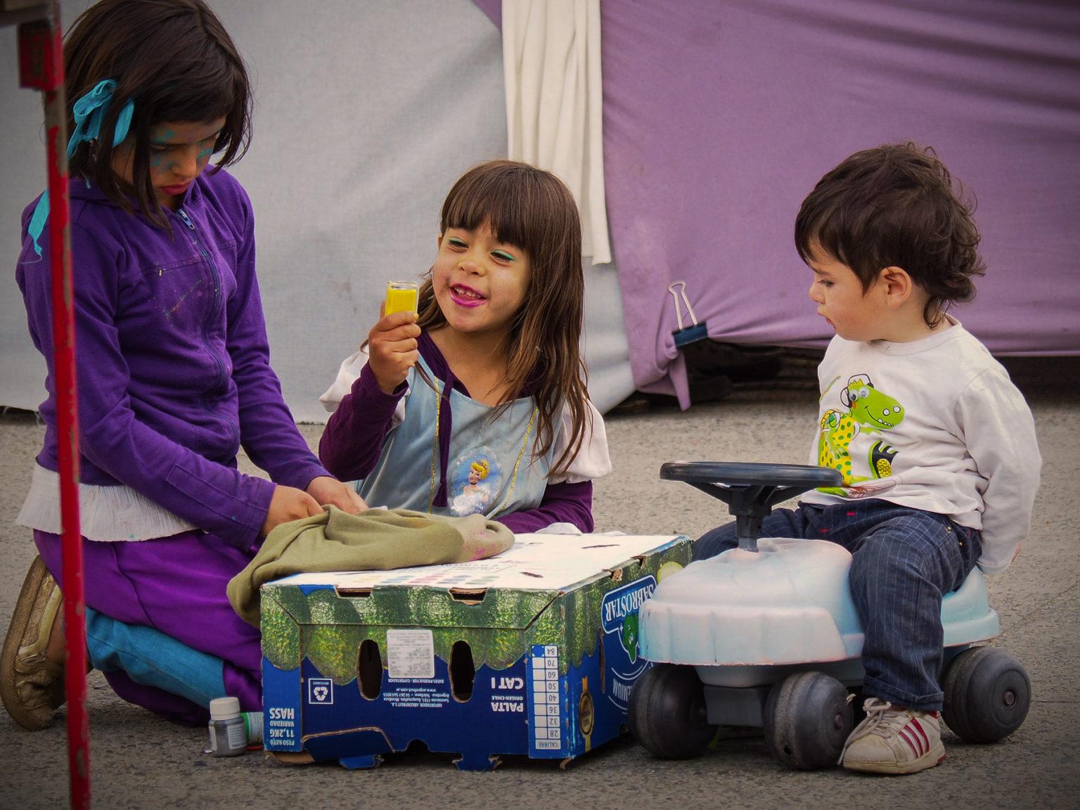 Kinder haben ihren Spaß neben den Kunsthandwerkständen