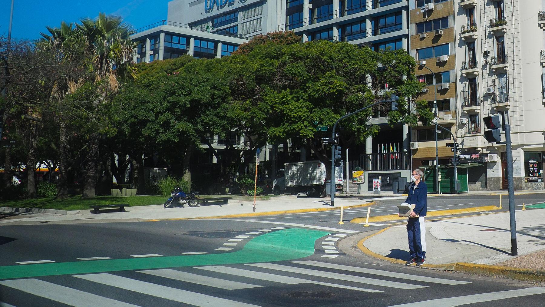 Es gibt durchaus noch Straßenverkehr, aber kaum Leute auf den Straßen