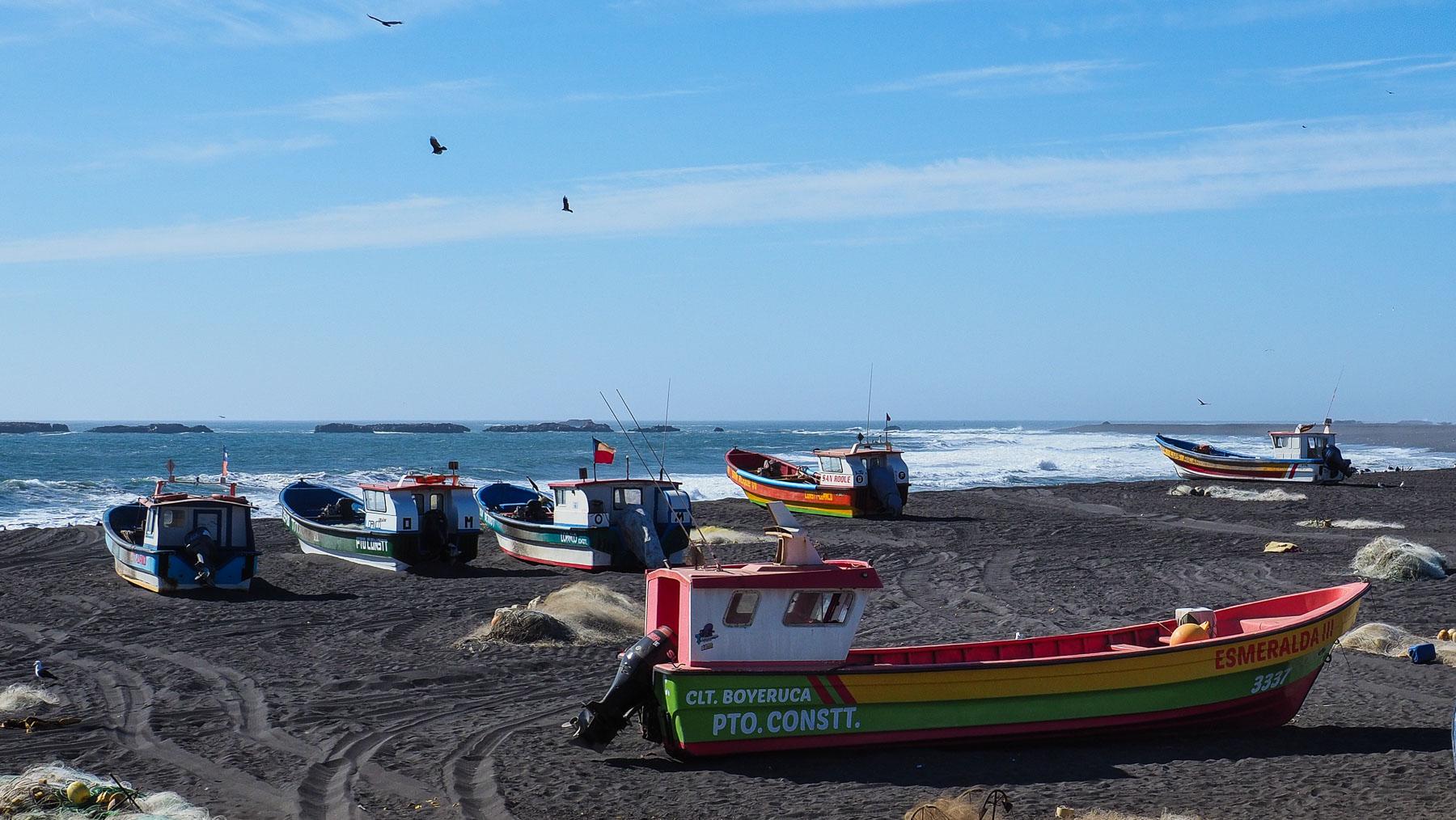 Menschenleerer Strand, die Fischerboote werden jeweils per Traktor an Land gezogen