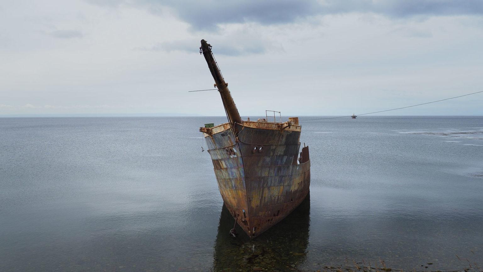Eines der zahlreichen Schiffswracks in dieser rauen Gegend