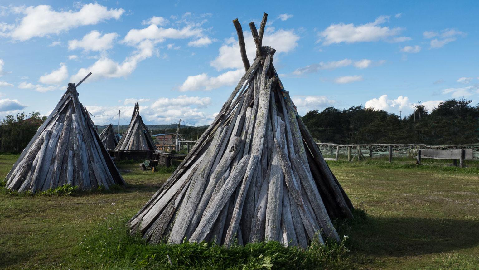Einfache Behausungen auf einem Campingplatz, wie von den Ureinwohnern