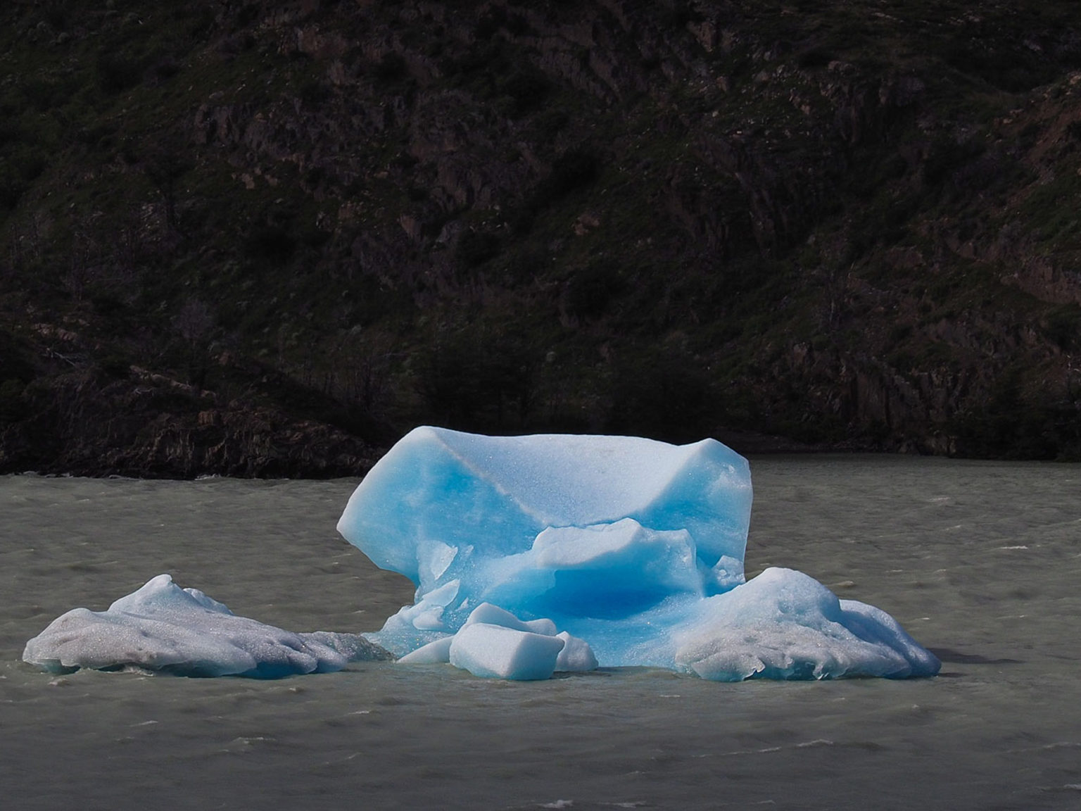Erstaunlich blau ist der kleine Eisberg