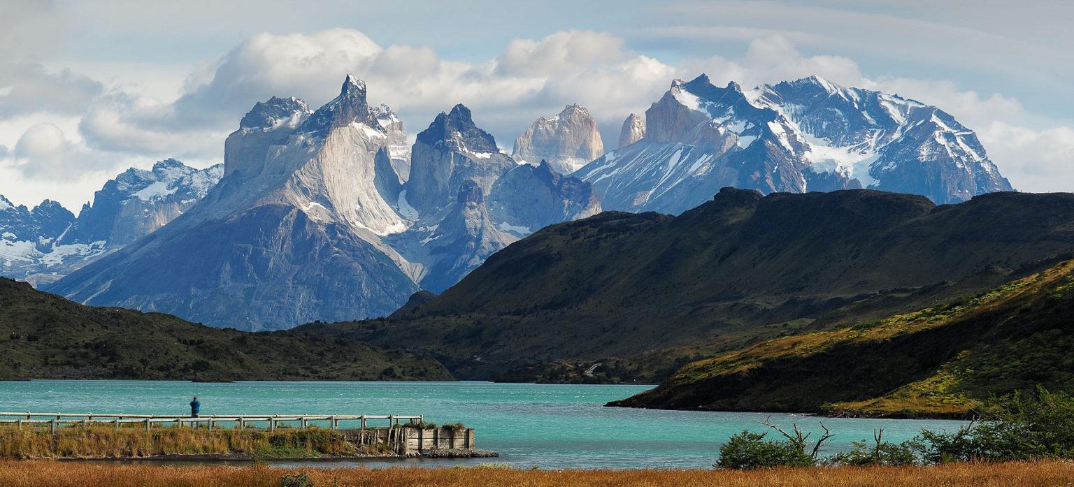 Die Torres del Paine erheben sich majestätisch aus der Ebene