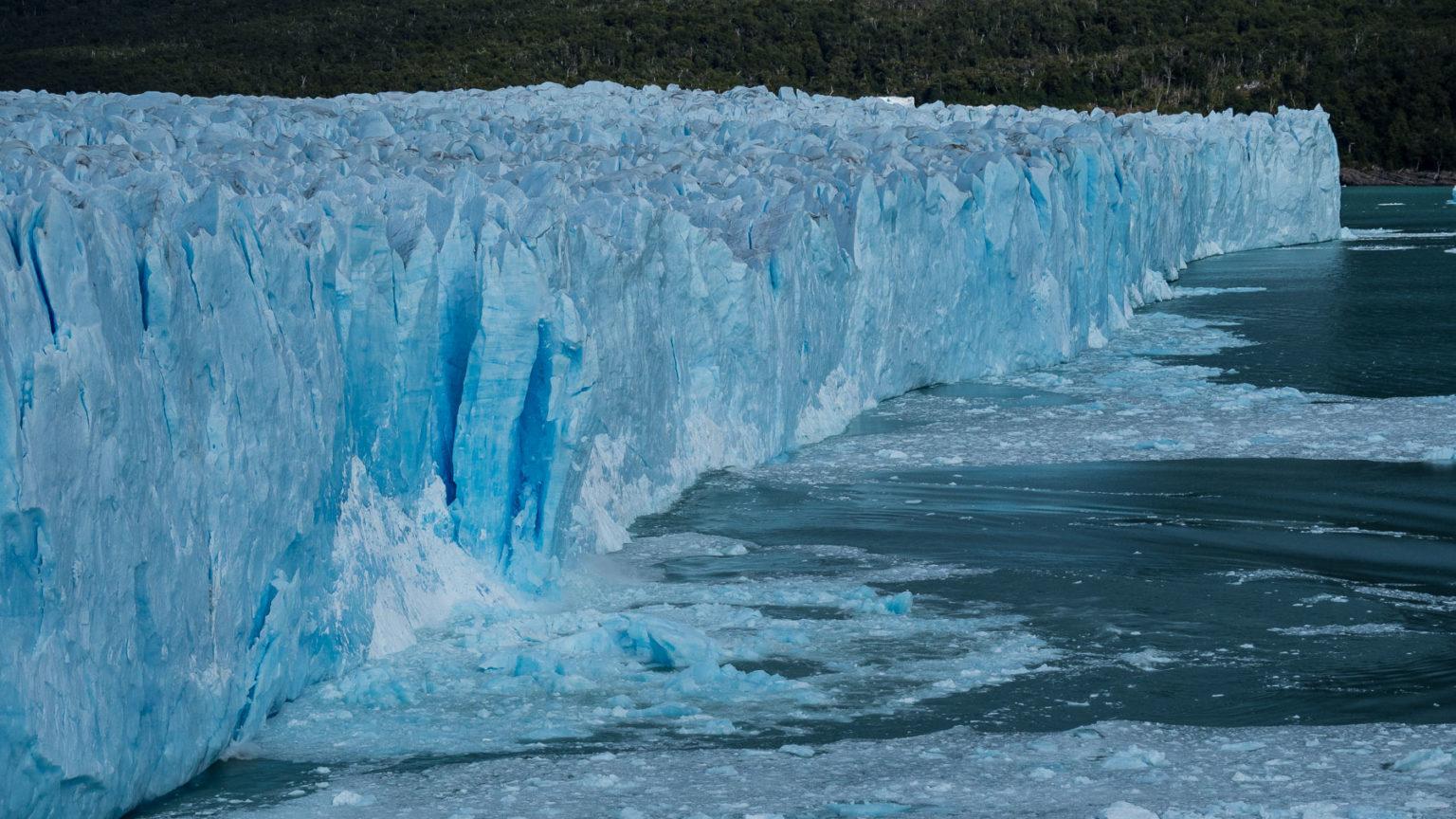 Beeindruckende Gletscherkalbung mit lautem Getöse