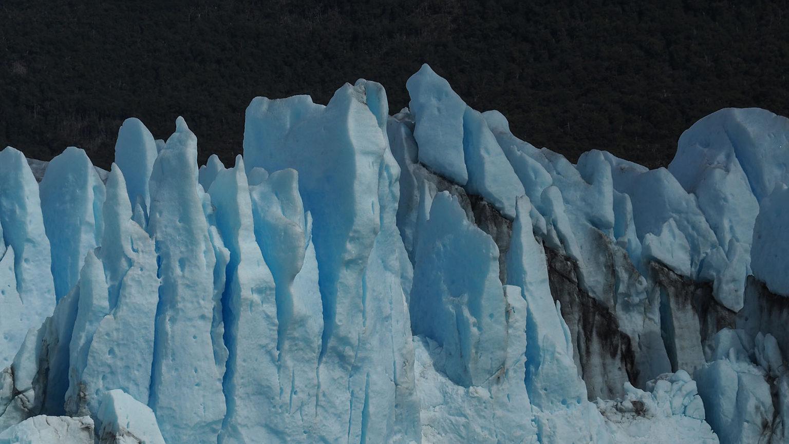 Die Aschespur  eines Vulkanausbruchs  zieht sich durch das Eis