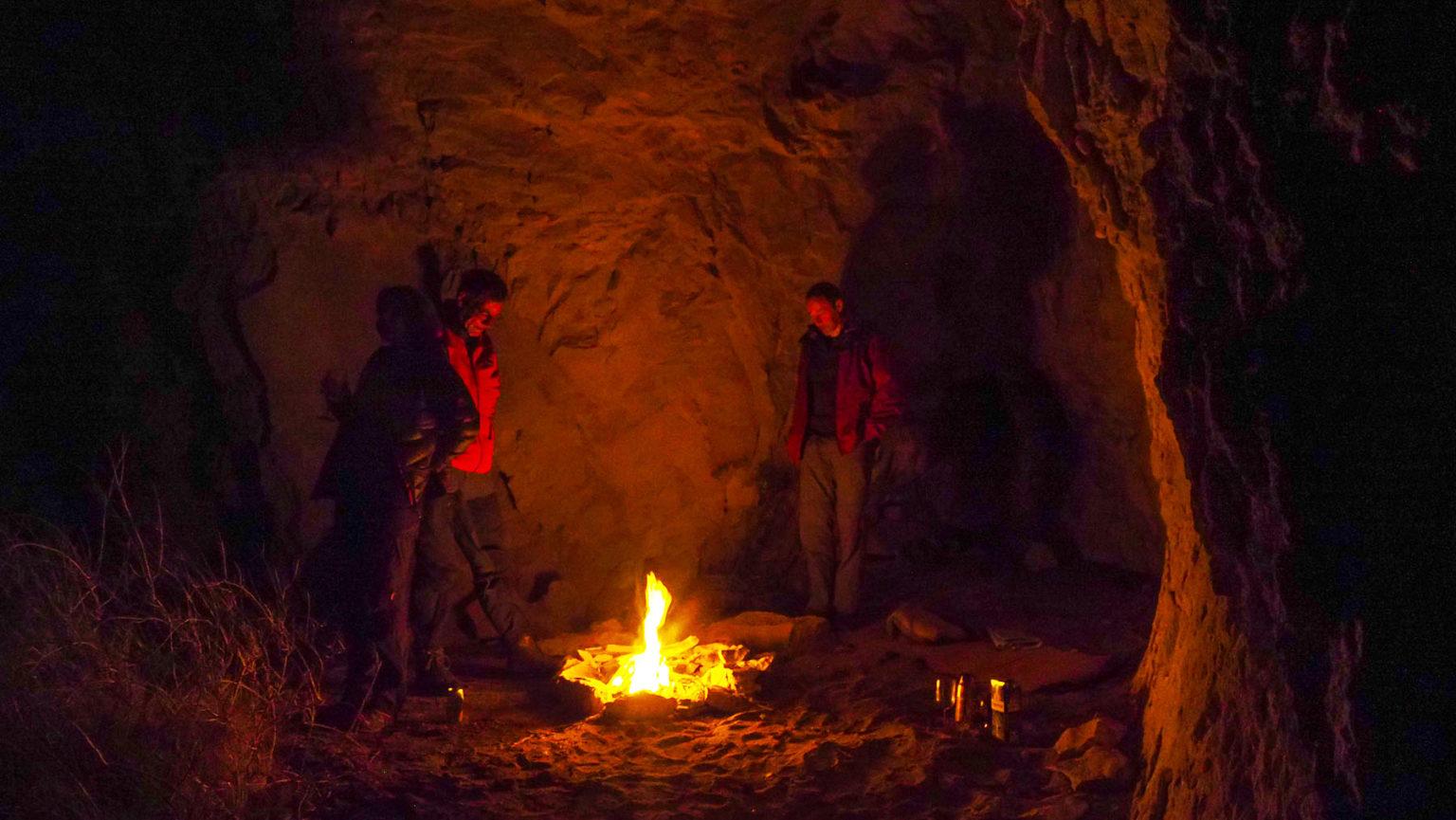 Lagerfeuerromantik in der Höhle