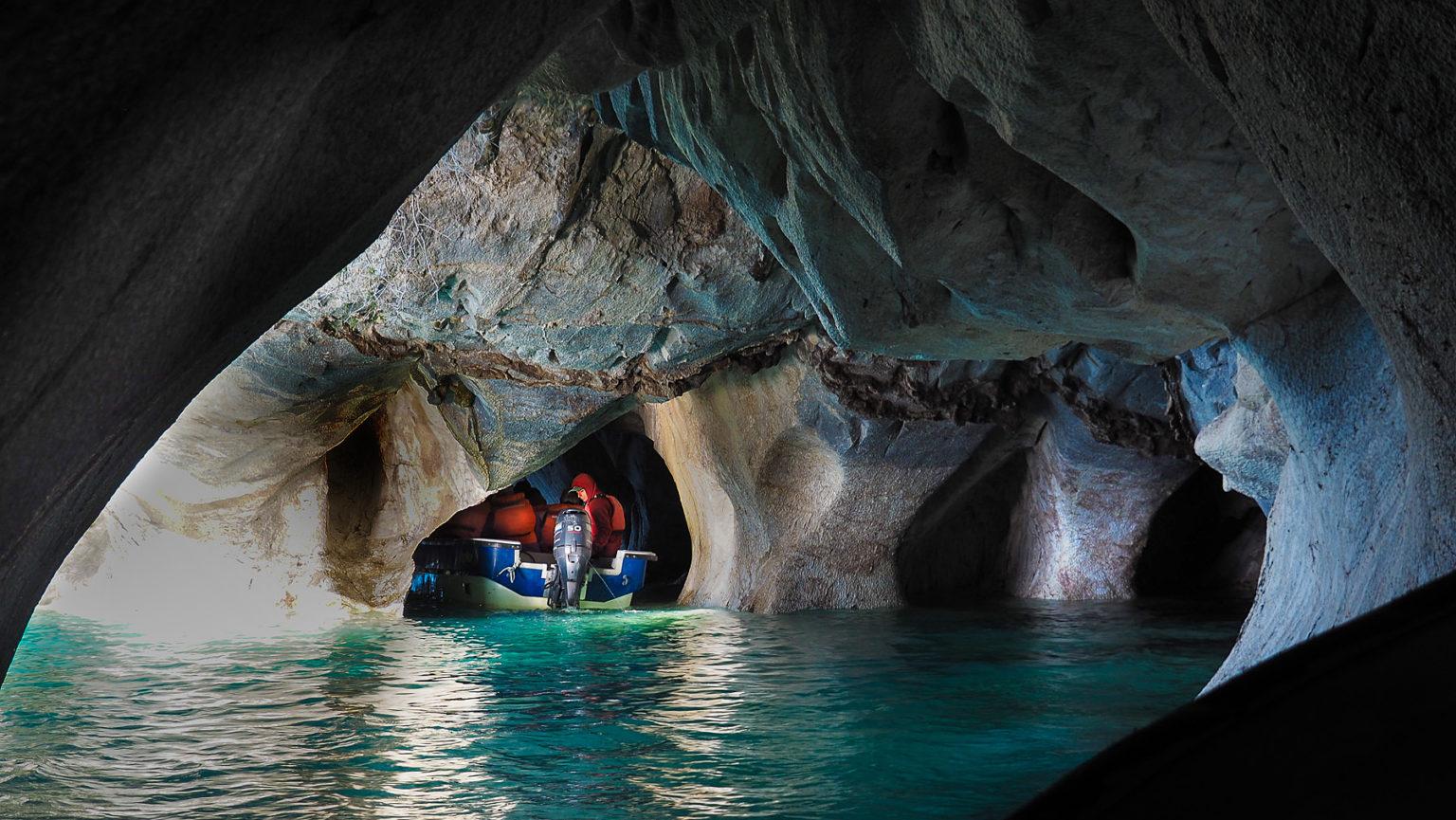 In einige der Höhlen fährt unser Schiff sogar hinein.