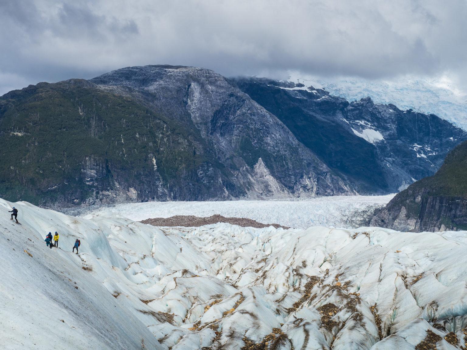 Mit Steigeisen geht es im Gänsemarsch für zwei Stunden auf das zerfurchte Eis.