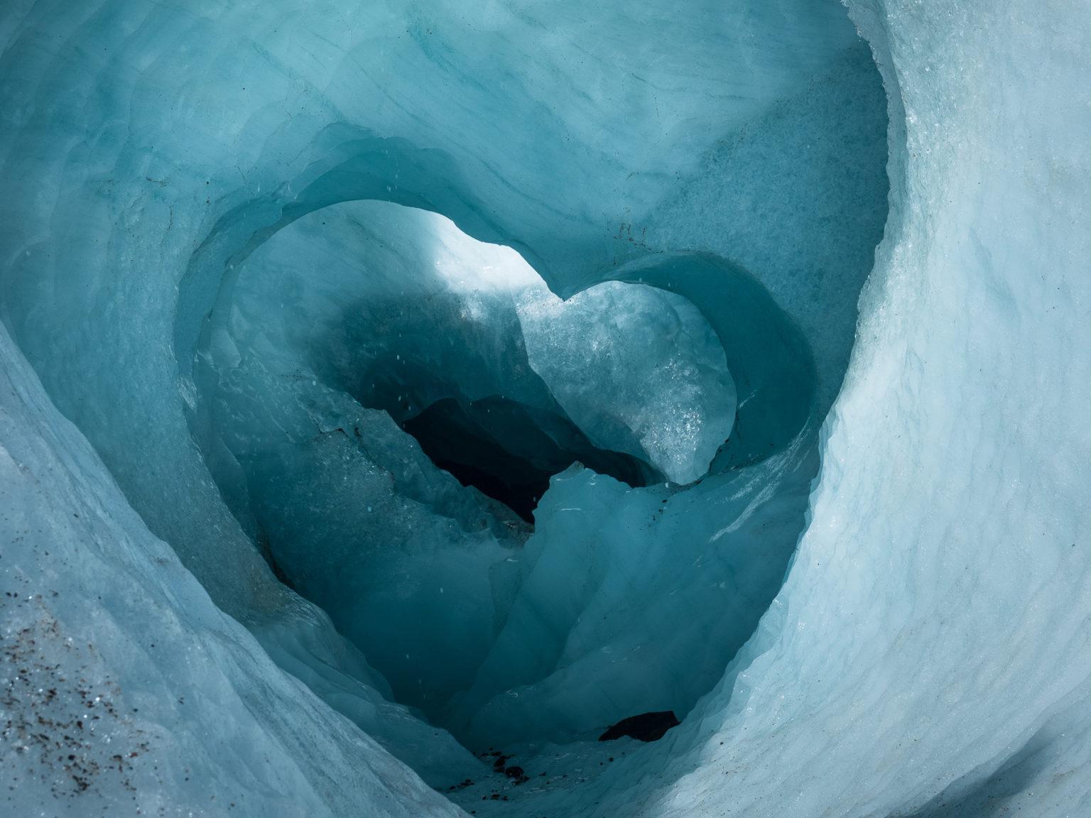 Wunderschöne eisblaue Gletscherhöhlen