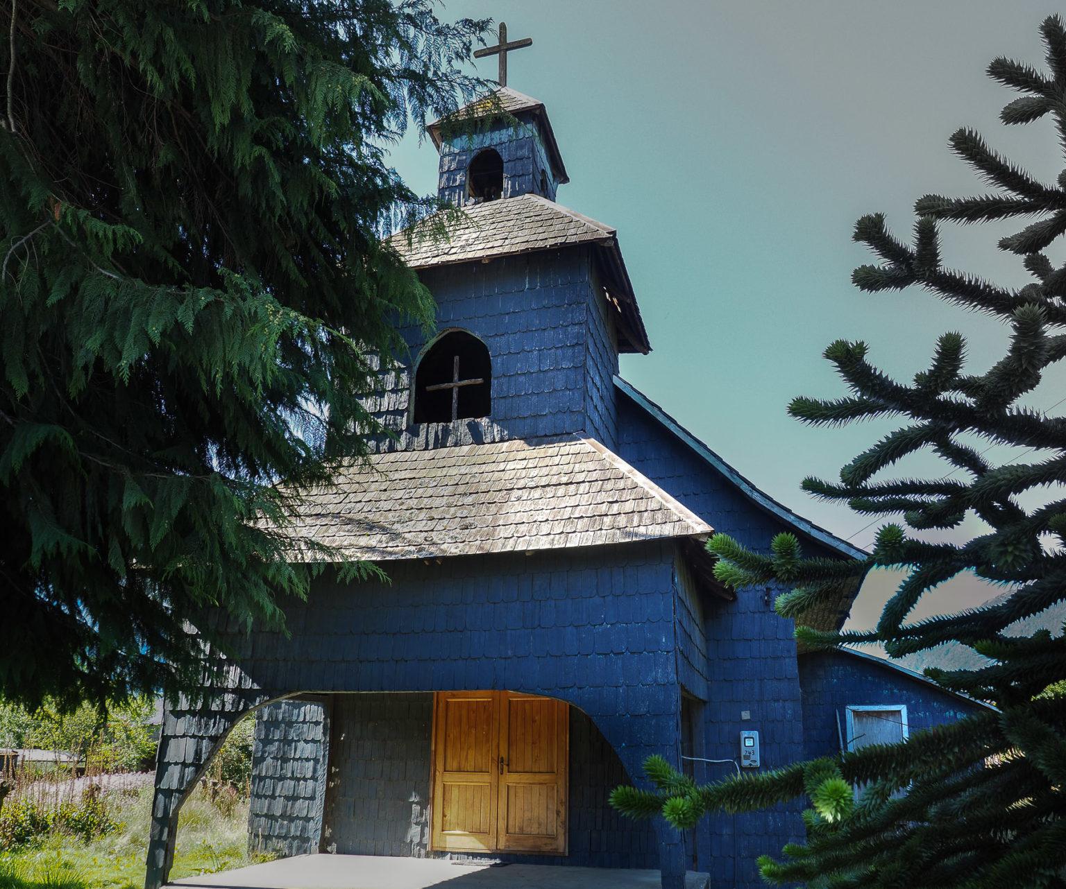 Typische Holzkirche für die Gegend