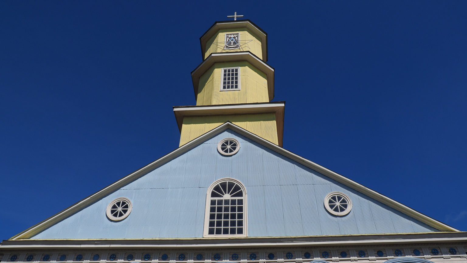 Die Kirchen sind basierend auf Schiffsbautechniken komplett aus Holz gebaut,…