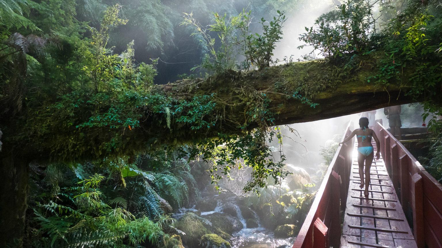 In eine enge, malerische, Schlucht mit heißem Thermalwasser wurden etwa 20 Becken gebaut