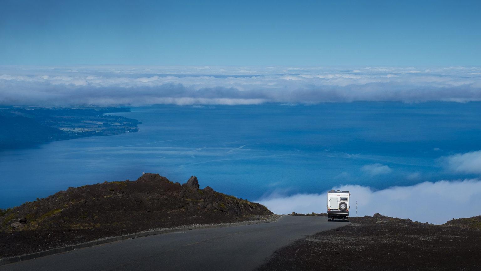 Spektakuläre Straße auf den Vulkan Osorno mit Blick auf den Lago Llanquihe