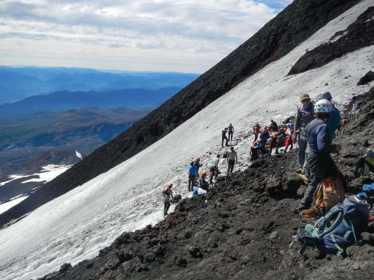 Es geht steil über die Lavafelder und Schnee hinauf