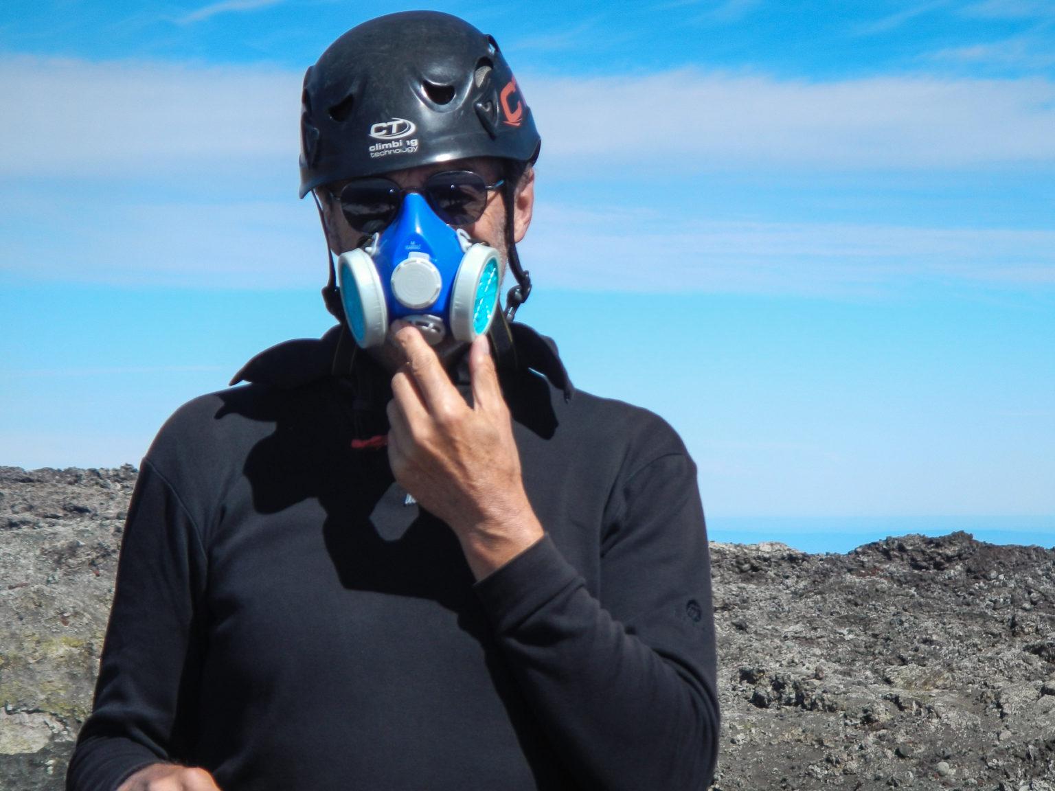 Mit Gasmaske auf dem Vulkan Villarica