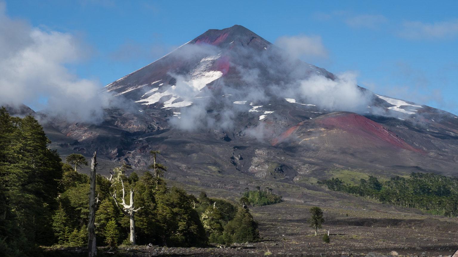 Der Vulkan von der anderen Seite mit seinen roten Lavafeldern